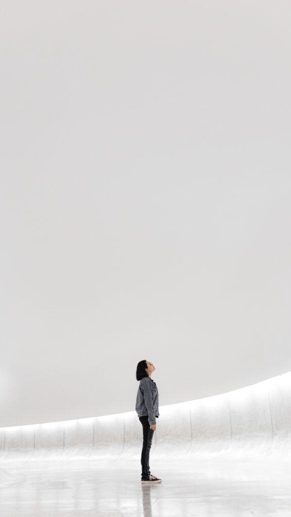 persona che guarda verso l'alto