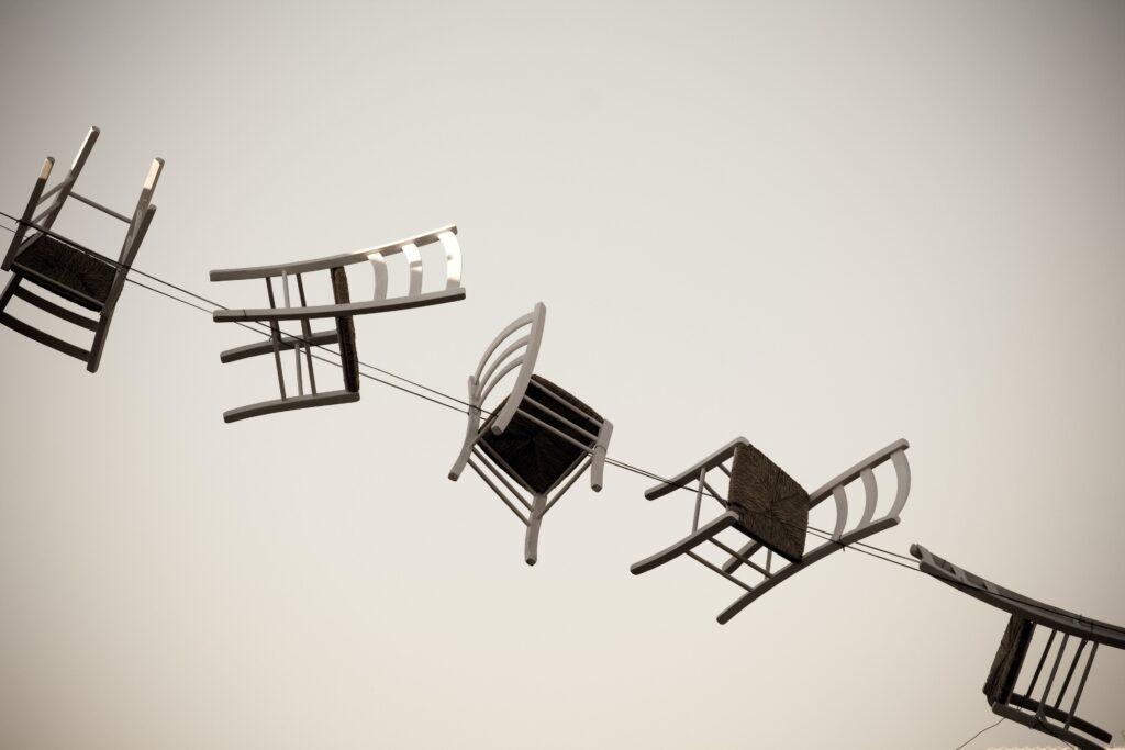 sedie sospese legate ad una fune