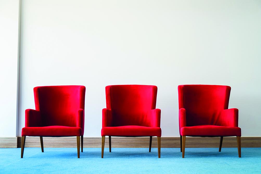 tre sedie rosse utili a rappresentare il modello del cambio di prospettiva